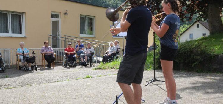 Jungmusiker spielen für Haus St. Vinzenz